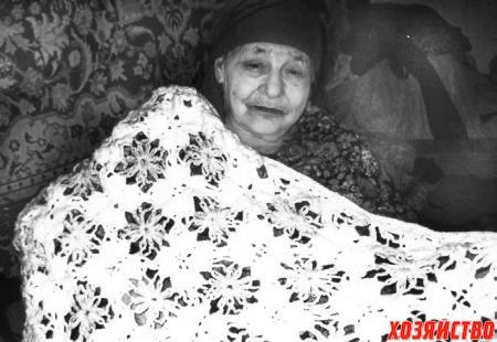 Надежда Федоровна с платком, связанным своими руками