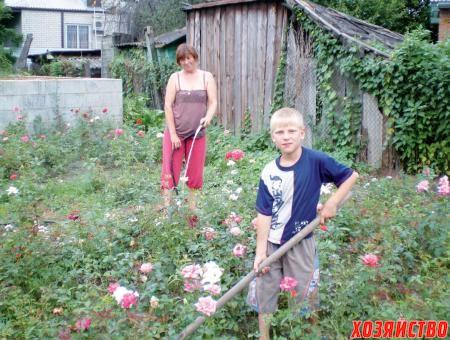 Вадим «пушит» и уничтожает сорняки, бабушка поливает