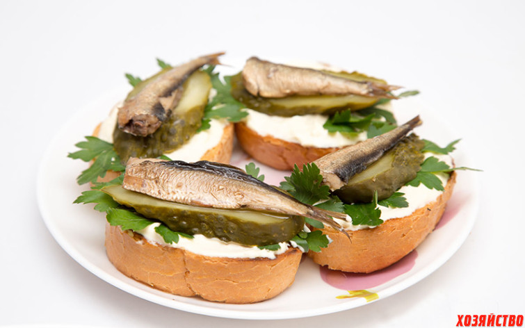 Бутерброды со шпротами и огурцом.jpg