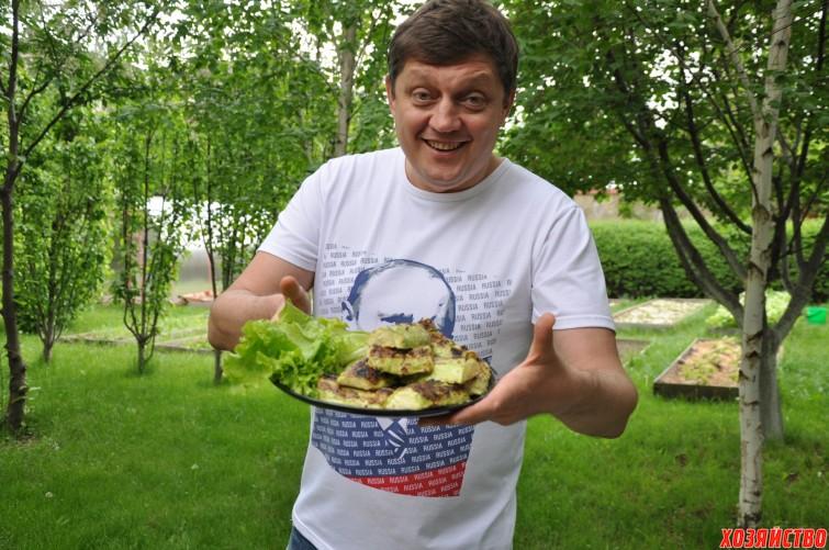 Олег Пахолков готовит кабачки на гриле.JPG