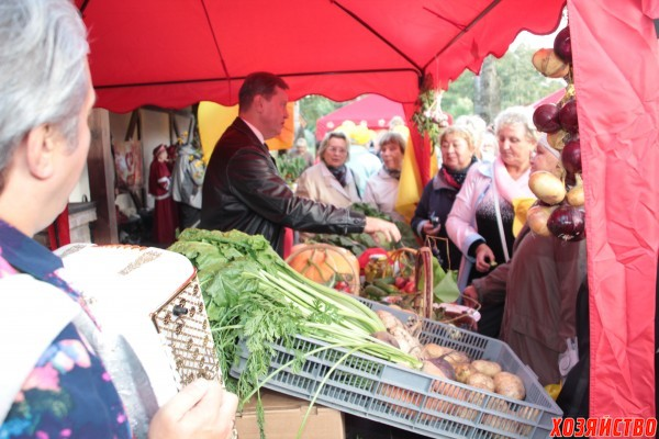 Олег Нилов презентует свой урожай.jpg
