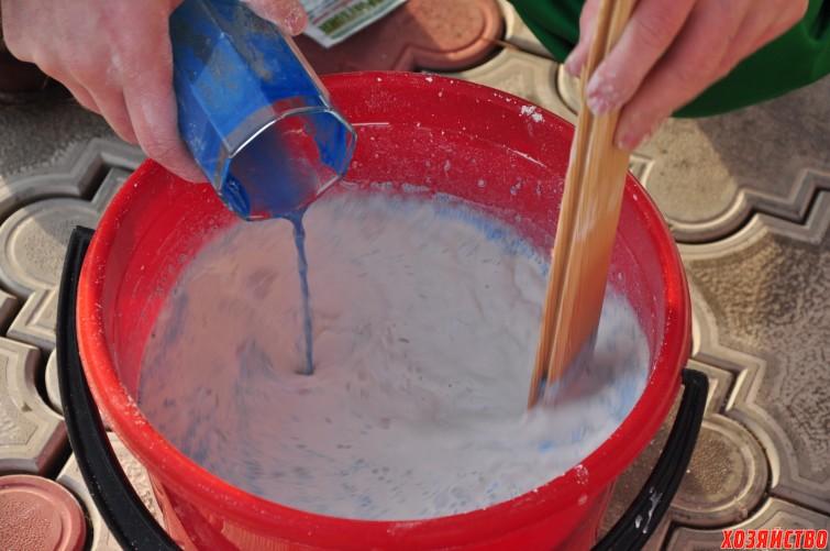 4. Тщательно перемешивая тонкой струйкой вливаем медный купорос в раствор извести..jpg