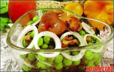 Из грибов с репчатым луком и зеленым горошком