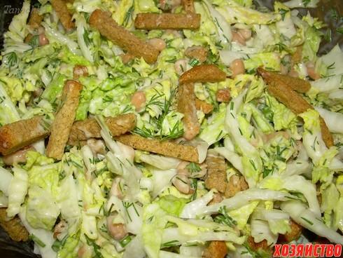Салат с сухариков колбасы и капусты рецепт