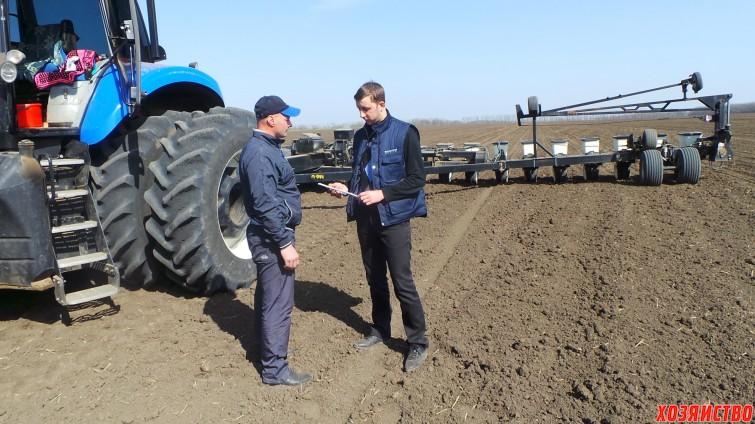 Механизатор Владимир Муравьев (слева) и гл.агроном Александр василяка.JPG