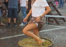 Почему виноград давят ногами