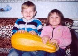 Рома и Лера сами вырастили тыкву в 12 килограммов