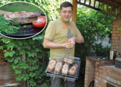 Олег Пахолков готовит вкуснейший шашлык из сома. ВИДЕО