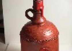 Декоративный кувшин из стеклянной бутылки