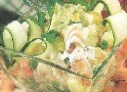 Рыбный салат с солеными огурцами и капустой