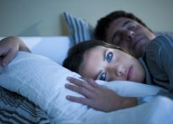 Почему мы спим, высунув ногу из-под одеяла