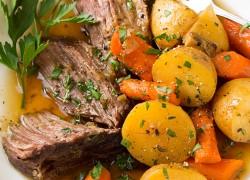 Тушеное мясо с картофелем и морковью