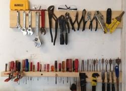 Я сама сделала простейший стеллаж для хранения инструментов для мужа