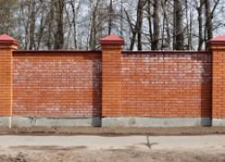 Избавляемся от высолов на кирпичном заборе