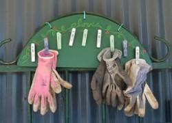 Декоративная вешалка для садовых перчаток