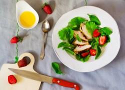 Салат с курицей и клубникой