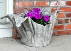 Необычное кашпо из цемента и полотенца