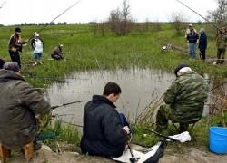 Говорит сосед-рыбак, Будто ловится судак.  Он «Хозяйство» подписал,  Что и как поймать узнал.