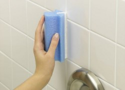 Обновляем швы между плиткой в ванной