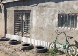 В жутком гараже недалеко от кладбища живет двухлетняя девочка