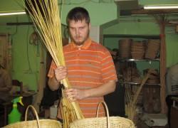 Как слепой Алеша корзинки плетет и этим кормит семью