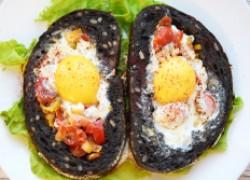 Бутерброды с черри, луком-пореем и яйцом