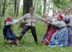 Он идет по деревне, а все деревенские женщины штабелями падают