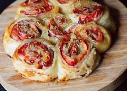 Ролл из слоеного теста с беконом, сыром и томатами