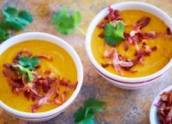 Суп из батата с чечевицей, сметаной и беконом