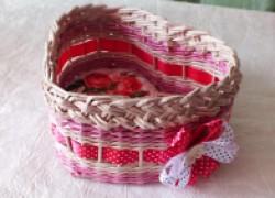 Корзинка-сердечко из бумажных трубочек