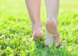 Летнее закаливание: ходим босиком по траве