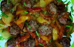 Фрикадельки с картошкой, тушенные в томатном соусе