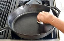 Как с помощью мусорного пакета очистить чугунную сковороду