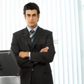 Сотрудник в бюро пропусков