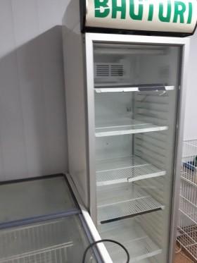 Холодильная витрина вертикальная для воды соков пива
