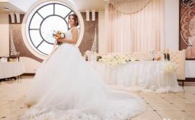 * Свадебное пышное платье со шлейфом