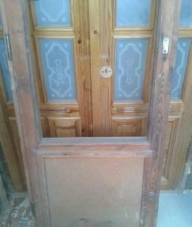 Деревянный блок с дверью