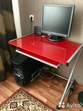 Компьютерный стол на колесиках ждет хозяина в Волжском