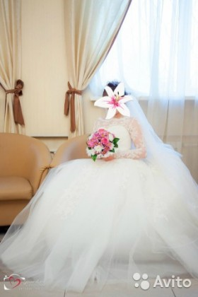 Пышное свадебное платье с кружевным рукавчиком