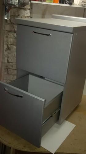 продам кухонный стол с выдвижными ящиками
