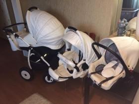 Продается детская коляска 3 в 1 . (Белая эко-кожа)