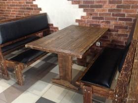 Деревянные столы и лавочки