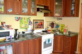 Дешево в Волжском продается однокомнатная квартира с кухонным гарнитуром
