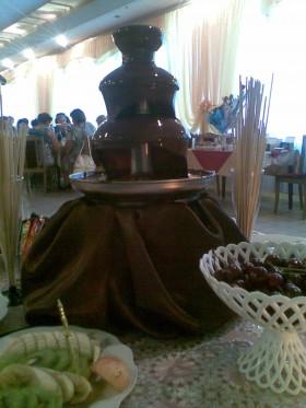 шоколадный фонтан и фонтан для напитков