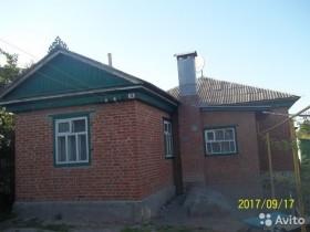 Большой кирпичный дом