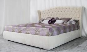 Двуспальная кровать с высоким изголовьем