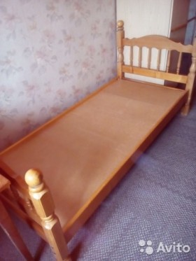 Две деревянные кровати
