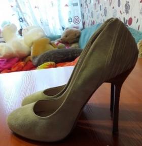 Замшевые бежевые туфли