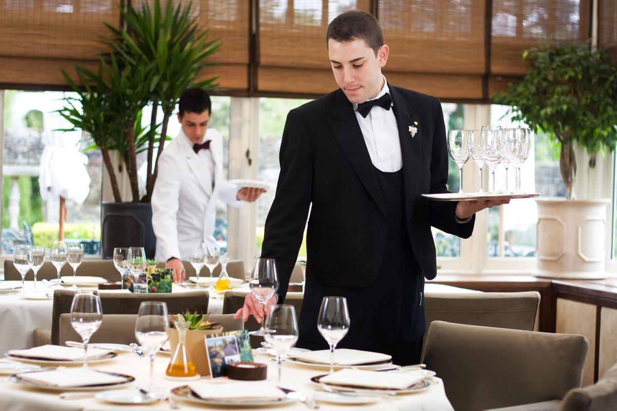 Официант в ресторане картинках